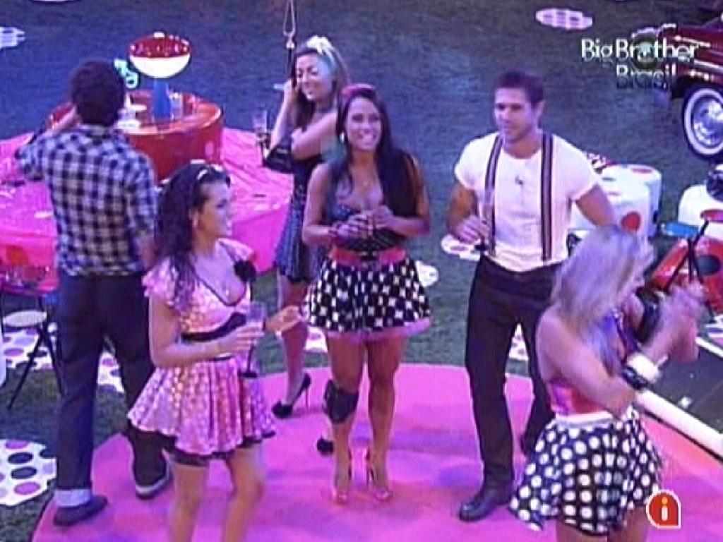 Brothers dançam no começo da festa Estúpido Cupido (16/3/12)