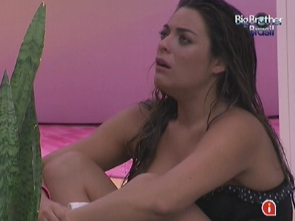 Chateada com Jonas, Monique chora sozinha na sala (17/3/12)