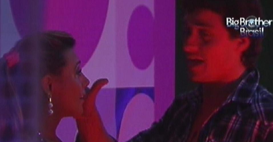 Fabiana chora e diz para Fael que é de felicidade (17/3/12)