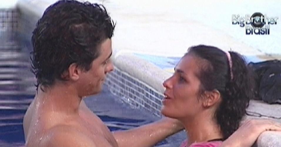 Fael e Noemí conversam na piscina (17/3/12)