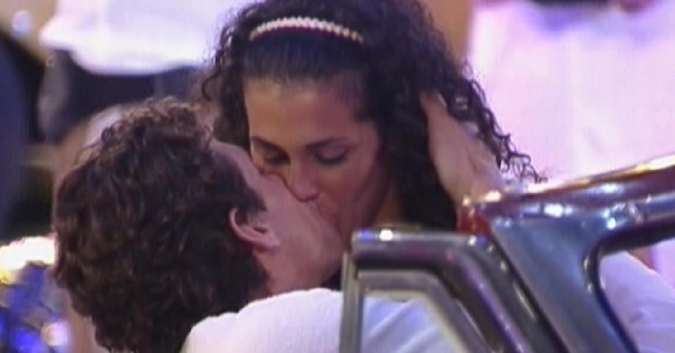 Fael e Noemí dão beijo de boa noite (17/3/12)