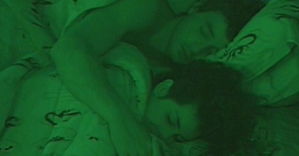 Fael e Noemí dormem abraçados após a festa deste sábado (17/3/12)