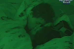 Fael e Noemí se beijam deitados na cama (17/3/12)