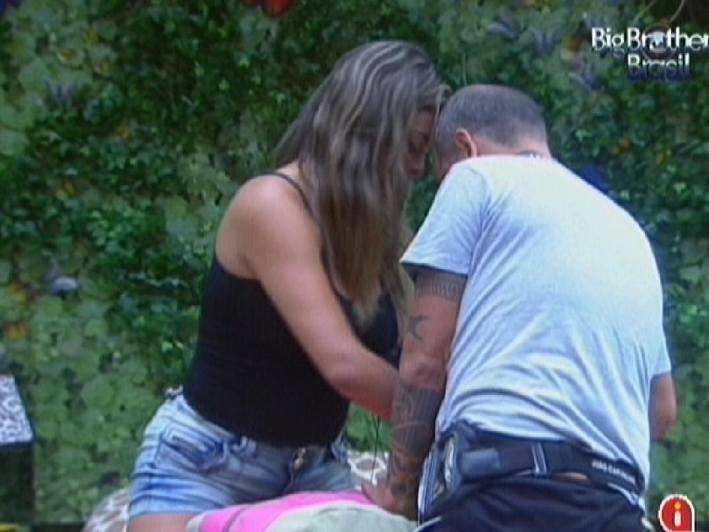 João Carvalho ajuda Monique a arrumar as malas (18/3/12)