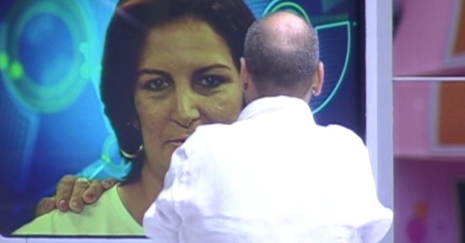 João Carvalho se emociona ao ver sua família (18/3/12)