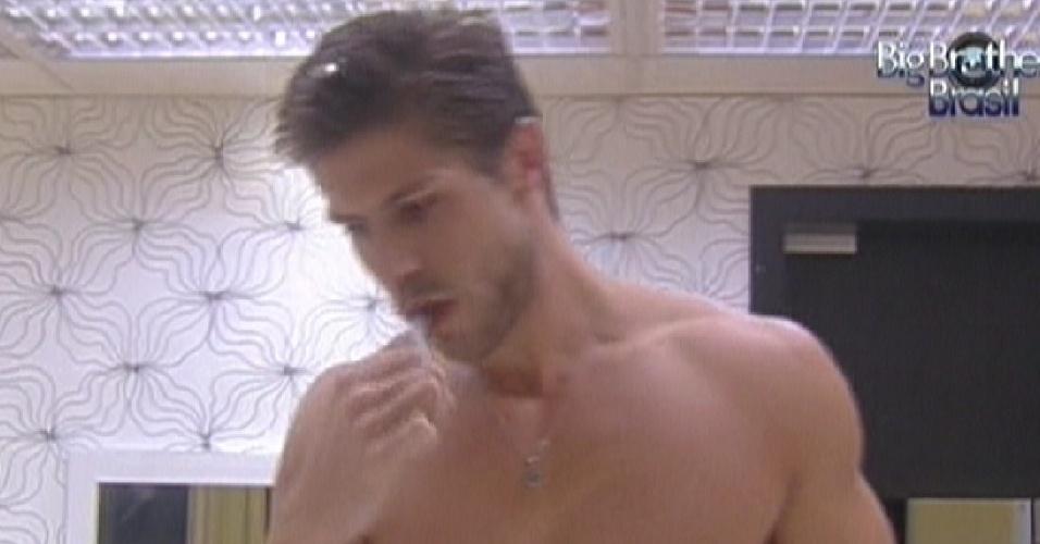 Jonas é o primeiro a se levantar e escova os dentes no quarto do líder (18/3/12)
