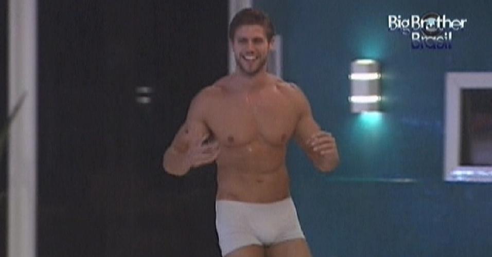 Jonas tira a roupa e fica de cueca para tomar banho de chuva (17/3/12)