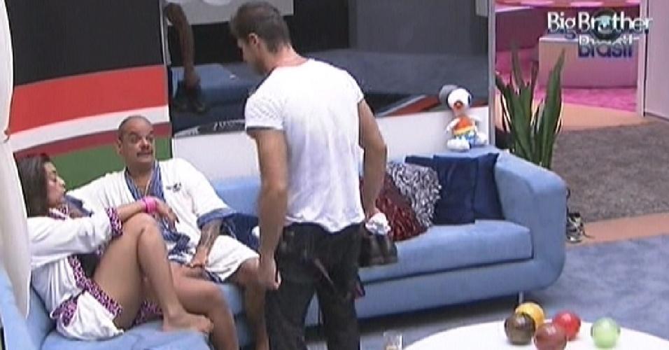 Jonas vai perguntar a Monique o que ela está falando dele (17/3/12)