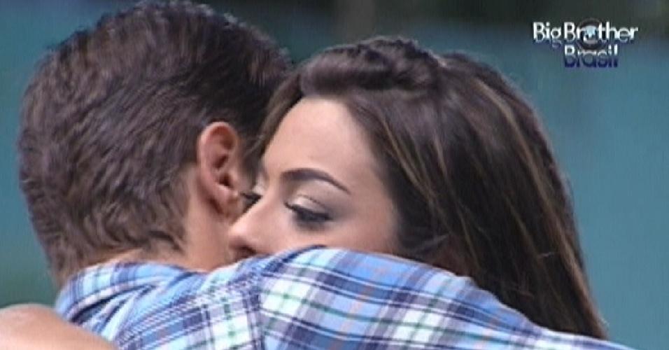 Monique abraça Jonas depois de pedir desculpas por briga na festa (18/3/12)