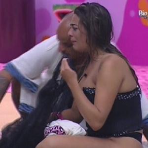 Monique chora sentada no chão da sala após desentendimento com Jonas (17/3/12)
