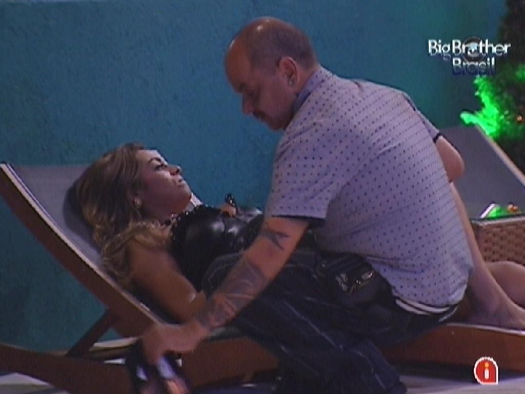 Monique fica brava por acchar que João Carvalho e Jonas estavam falando dela (17/3/12)