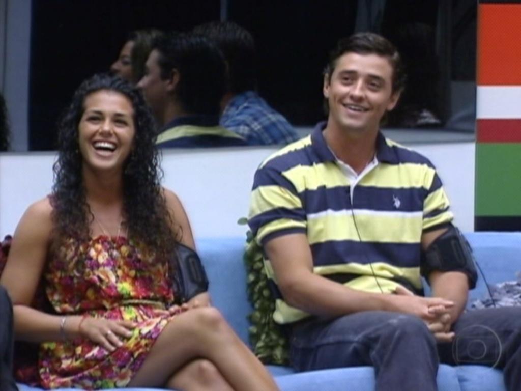 Noemí e Fael sorriem ao ouvir Bial iniciar o programa falando em espanhol (18/3/12)