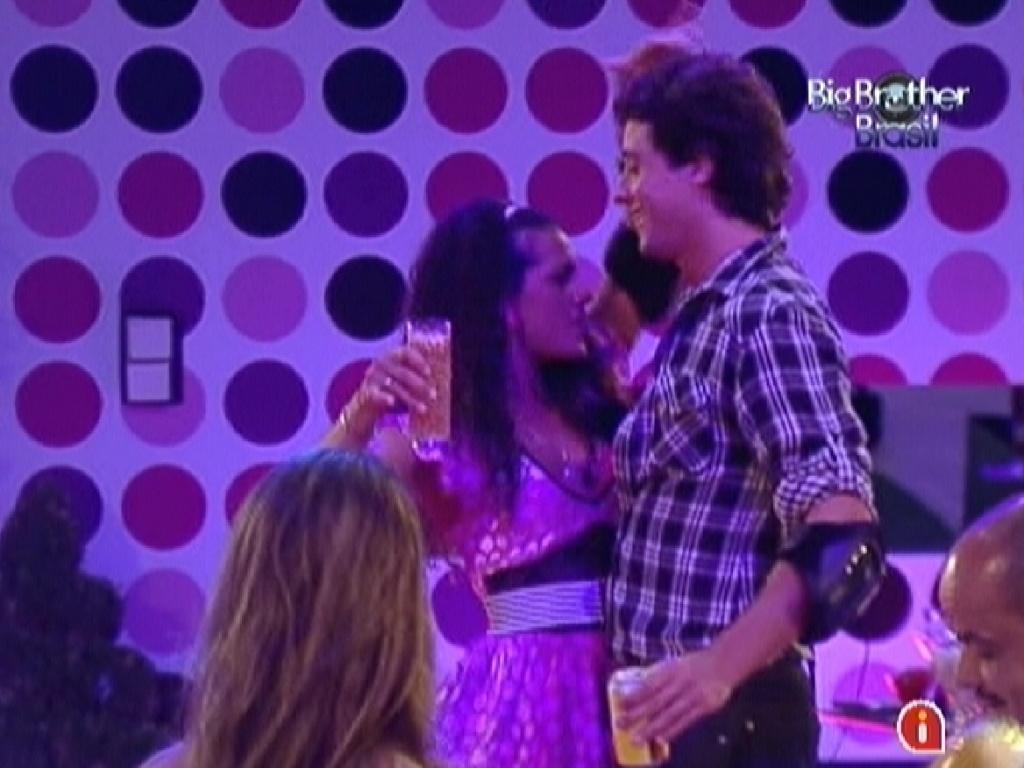 Noemí provoca Fael com dança durante a festa deste sábado (17/3/12)
