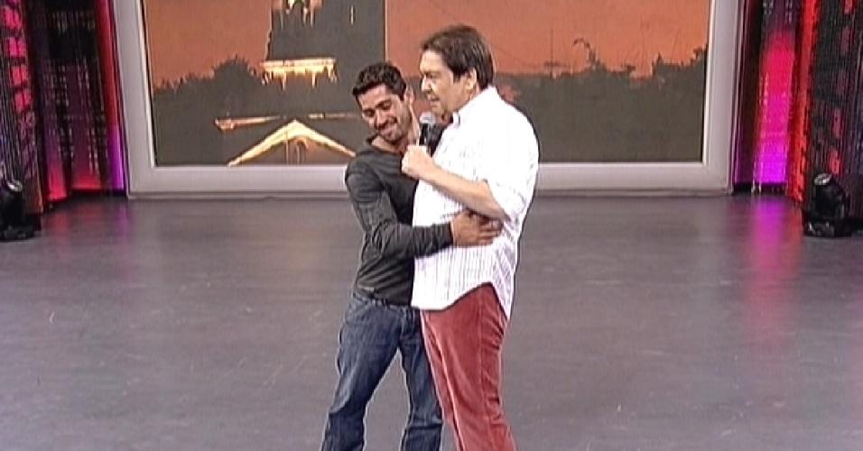 Yuri abraça o apresentador Faustão durante sua participação no