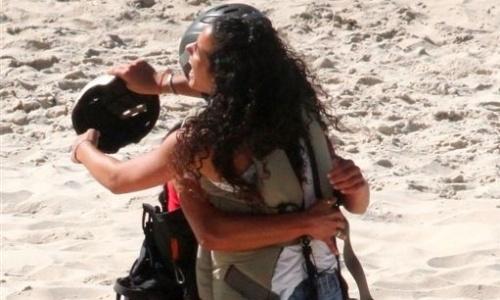 Kelly e Noemí se abraçam após passeio de asa-delta (19/3/12)