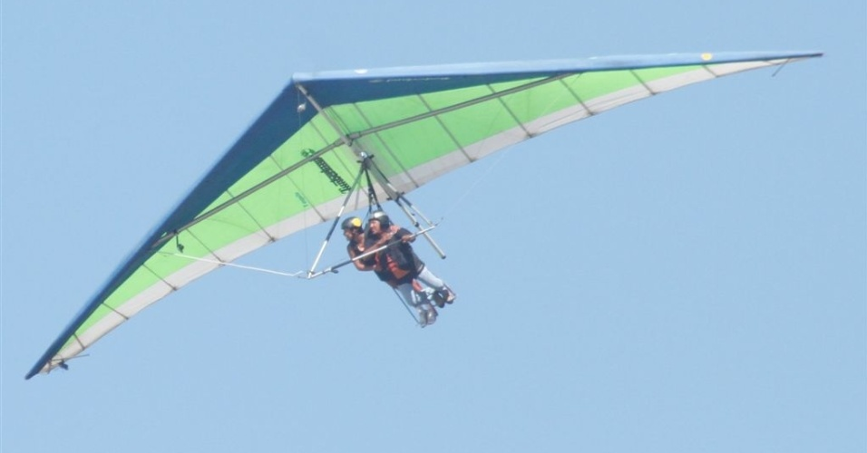 Kelly voa de asa-delta em passeio dado pela produção (19/3/12)