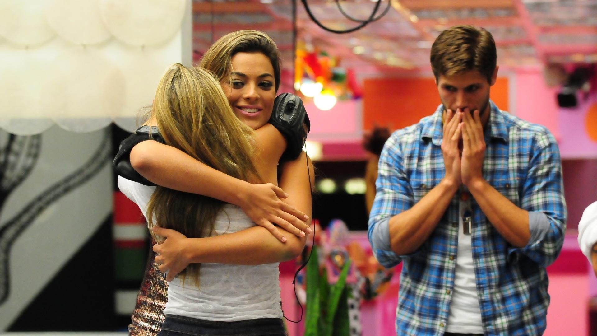 Monique abraça Fabiana ao ser eliminada do reality show (18/3/12)