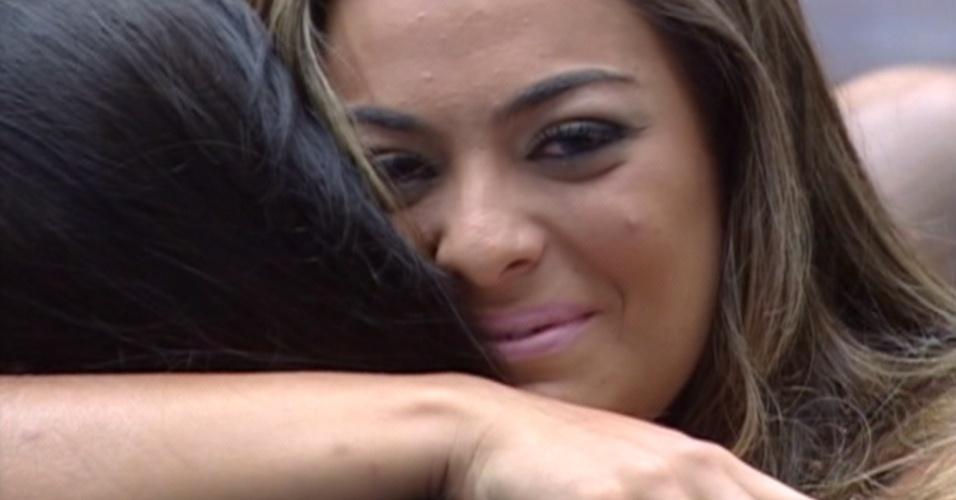 Monique recebe o abraço de Kelly após descobrir que foi eliminada do