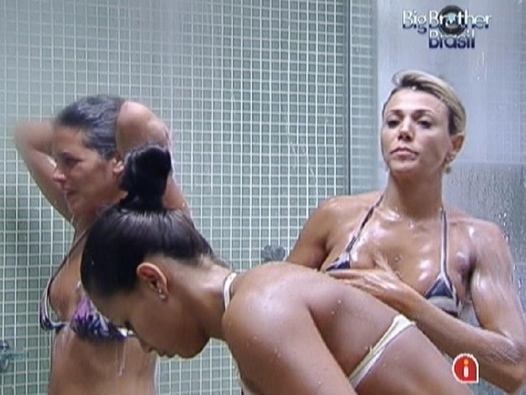 Noemí (esq.), Kelly (centro) e Fabiana (dir.) tomam banho juntos (19/3/12)