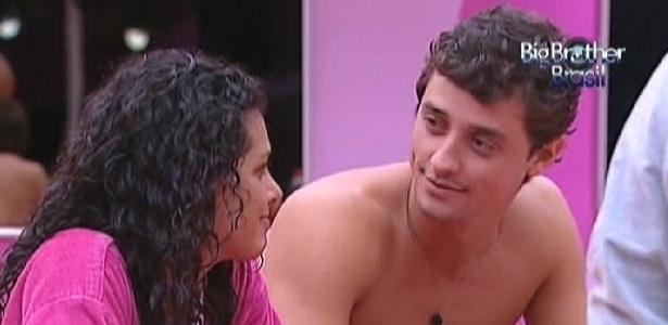 """Noemí questiona timidez de Fael, que se explica dizendo que """"tem muitos olhos olhando"""" na casa (19/3/12)"""