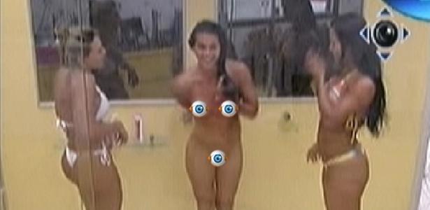 Após perguntar se Kelly e Fabiana se importavam com sua nudez, Noemí (centro) aproveita o banho no quarto do líder (20/3/12)