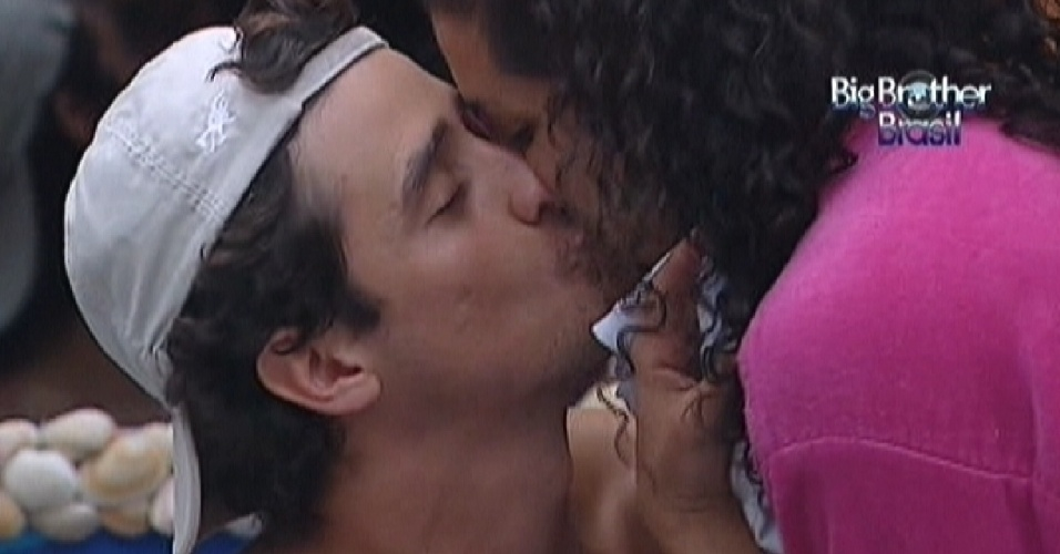 Fael e Noemí se beijam depois de se presentearem com