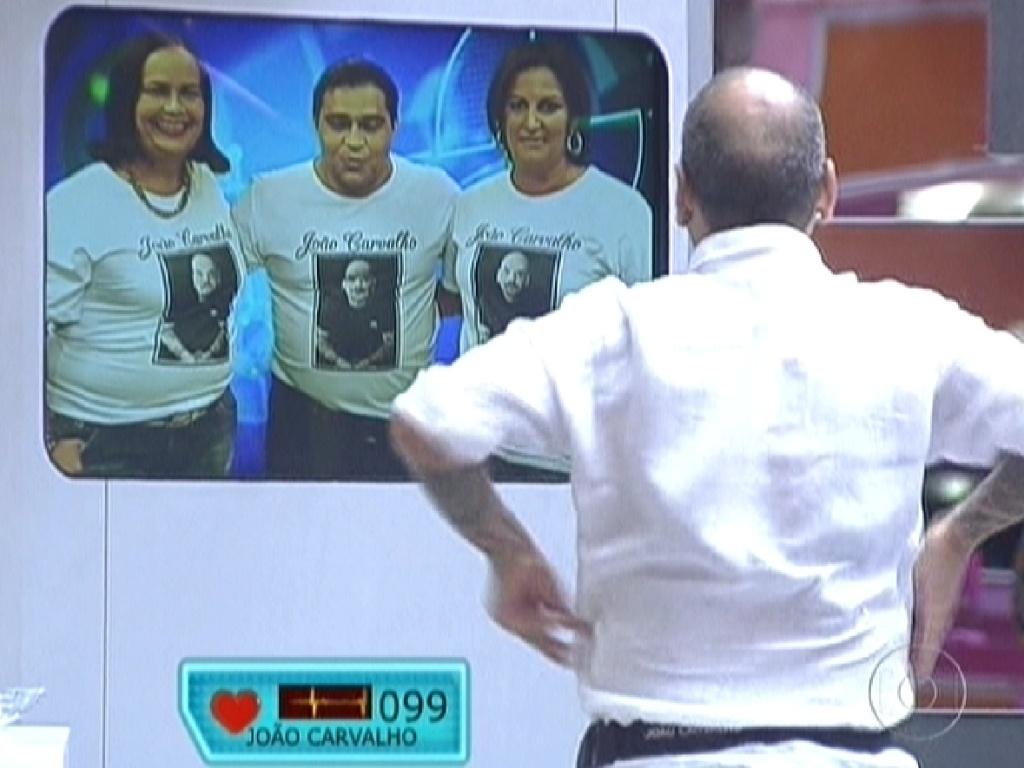 João Carvalho ouve atento ao recado dos seus familiares (20/3/12)