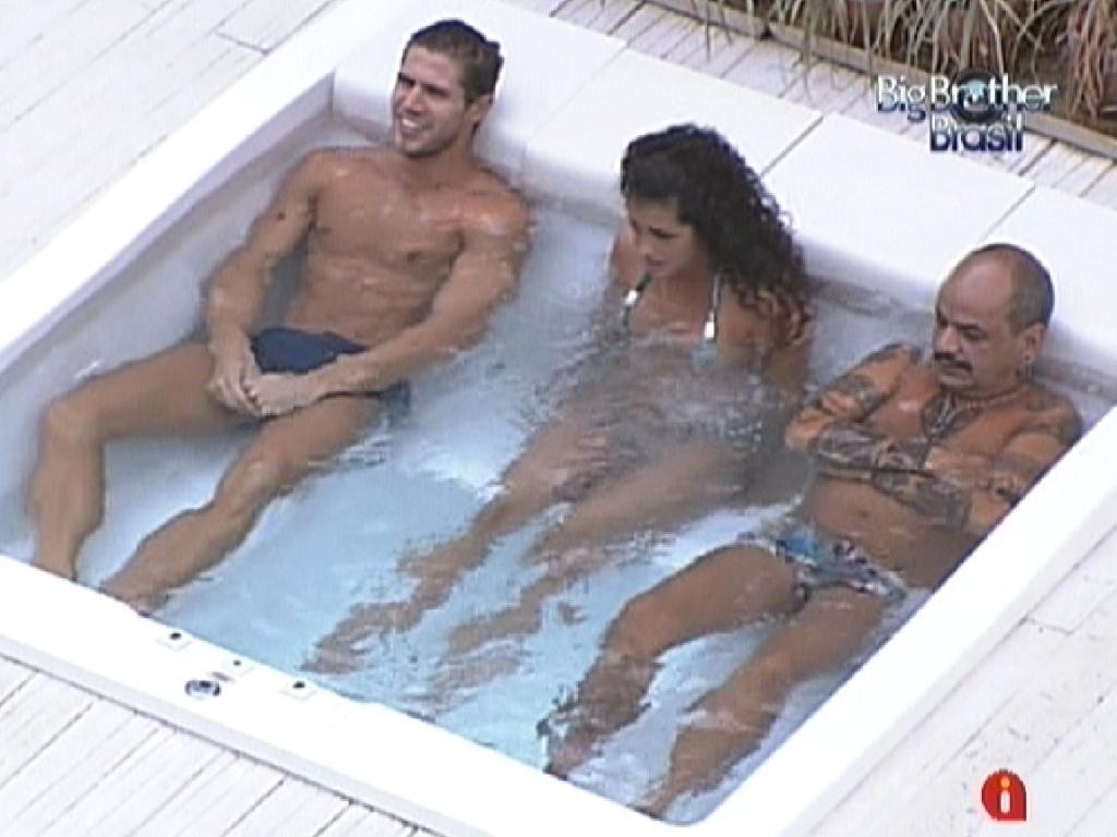 Jonas, Noemí e João Carvalho aproveitam a hidromassagem (20/3/12)