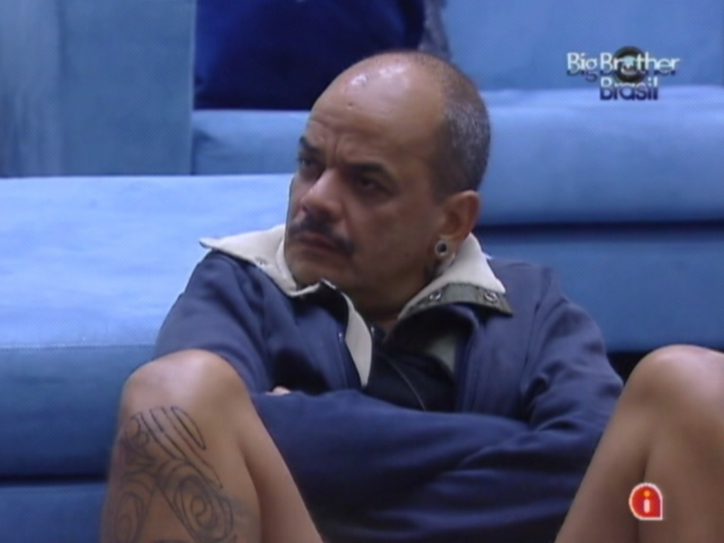 Na sala, João Carvalho presta atenção em filme (20/3/12)