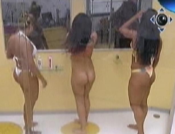 Noemí (centro) toma banho nua ao lado de Fabiana (esq.) e Kelly (dir.) (20/3/12)