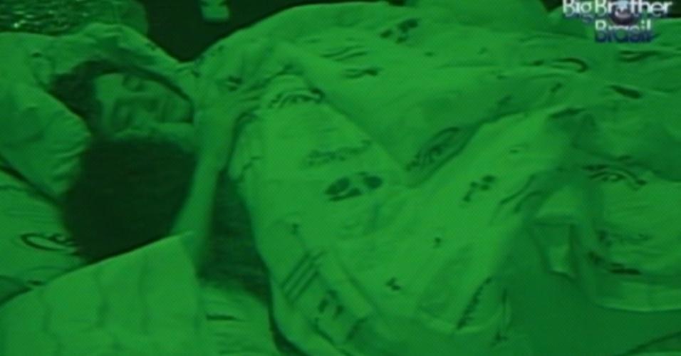 Noemí e Fael dividiram a mesma cama no quarto Praia (20/3/12)