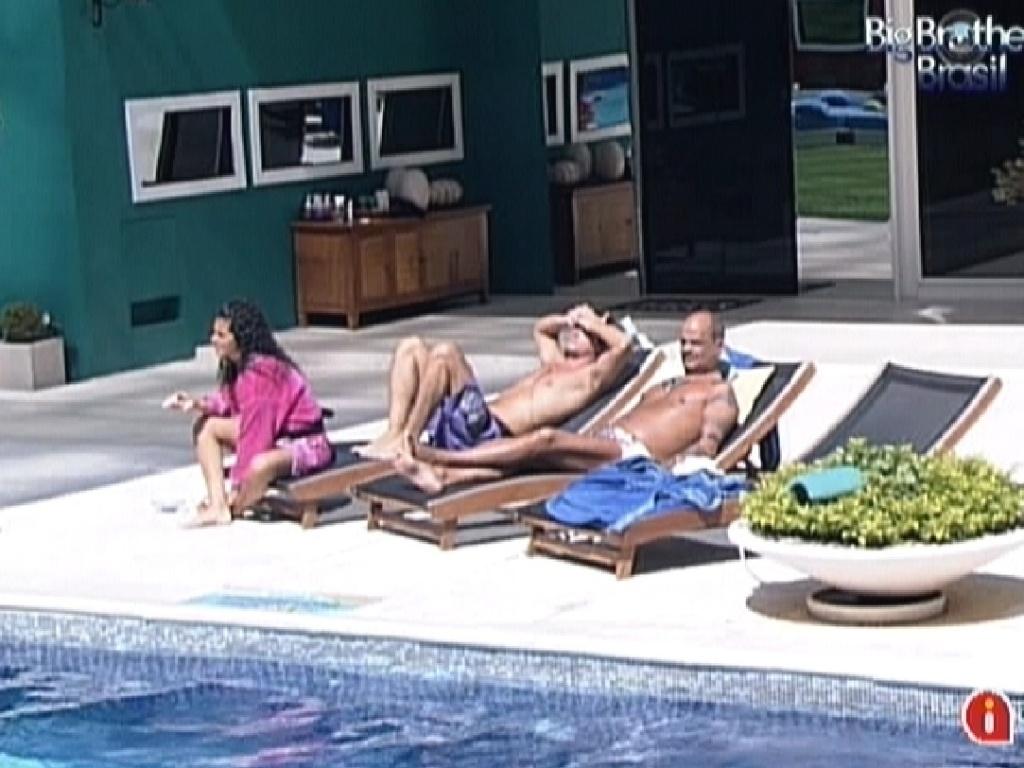 Noemí e Fael se juntam a João Carvalho na parte externa da casa (20/3/12)