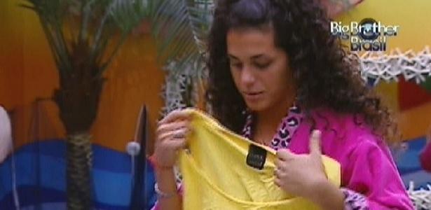 Noemí presenteia Fael com camiseta usada (20/3/12)