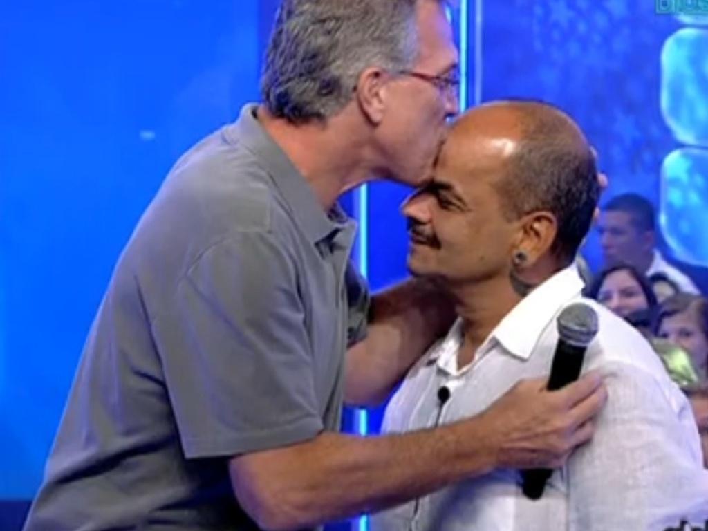 Bial beija a testa de João Carvalho após anunciar a eliminação do mineiro (20/3/12)