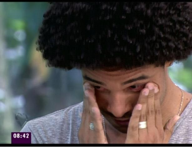 Daniel chora após ver depoimento da mãe, Aparecida (21/3/12)