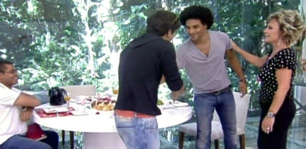 Daniel conhece o ator Caio Castro no