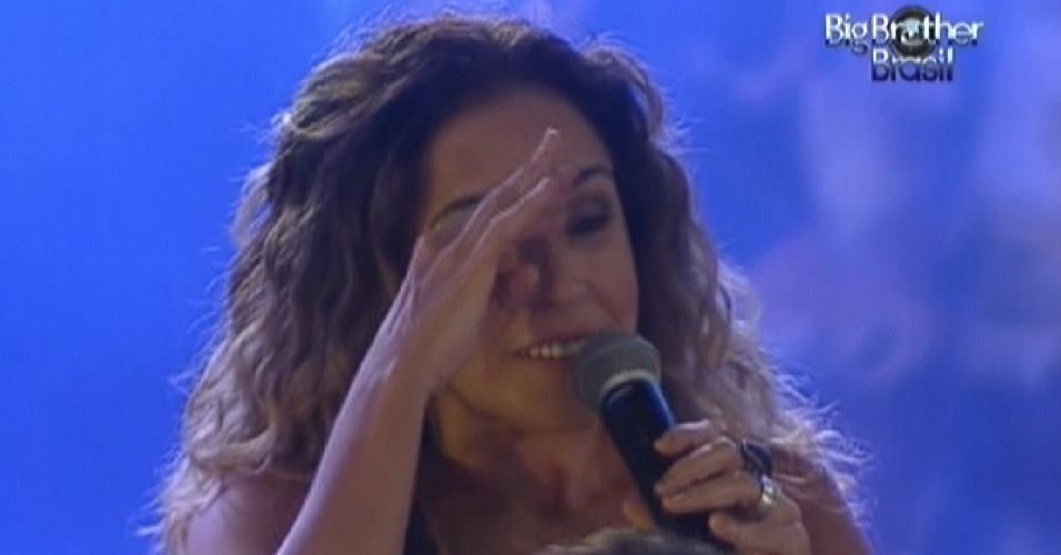 Daniela Mercury conversa com brothers durante festa (21/3/12)