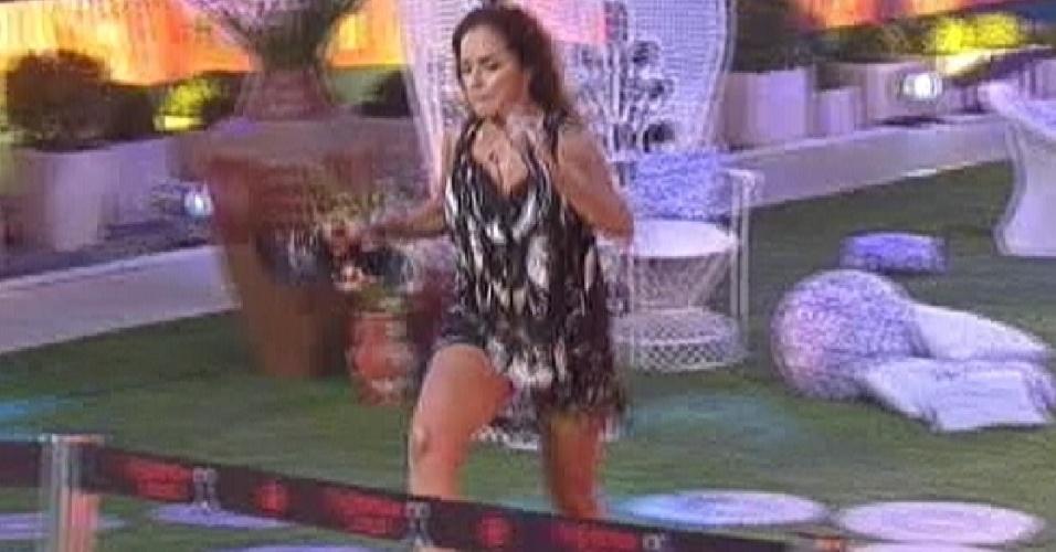 Daniela Mercury se despede dos brothers e corre pelo jardim (21/3/12)