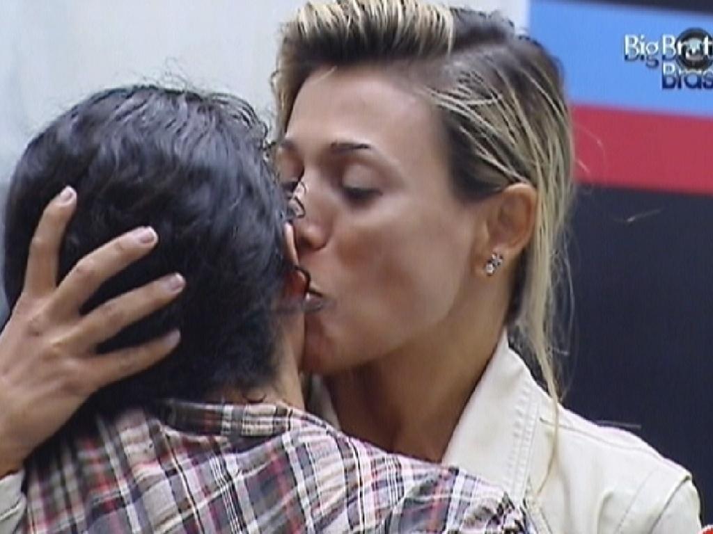Fabiana abraça e beija Noemí em sua despedida (21/3/12)