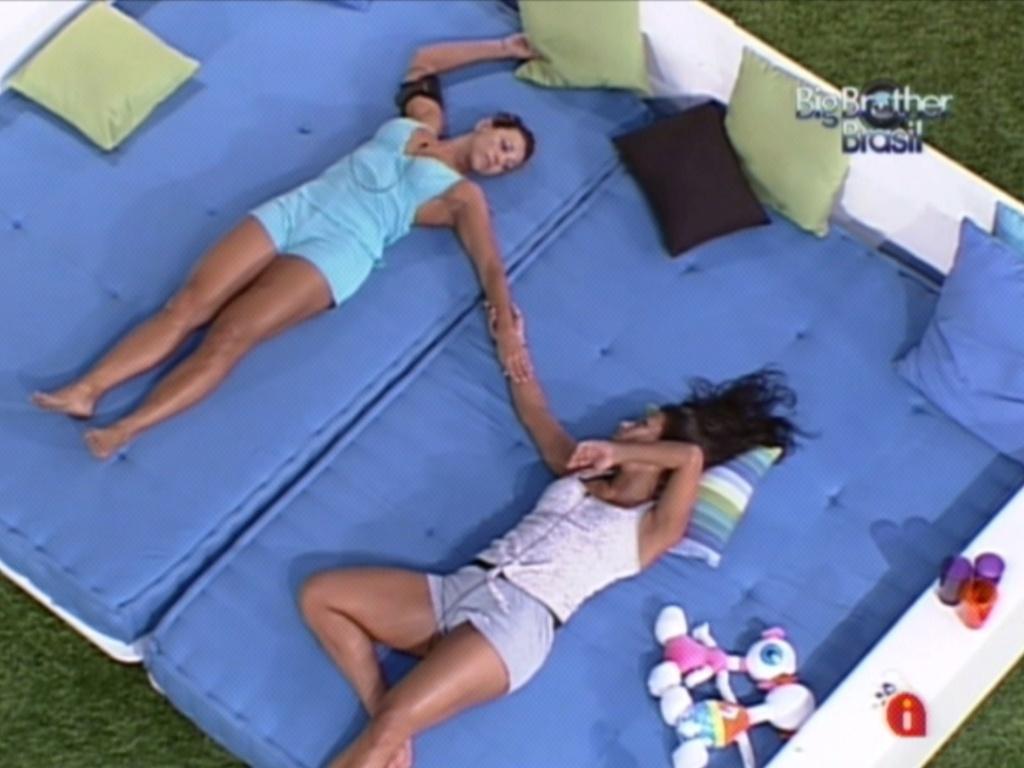 Fabiana e Kelly ouvem música de mãos dadas no futon (21/3/12)