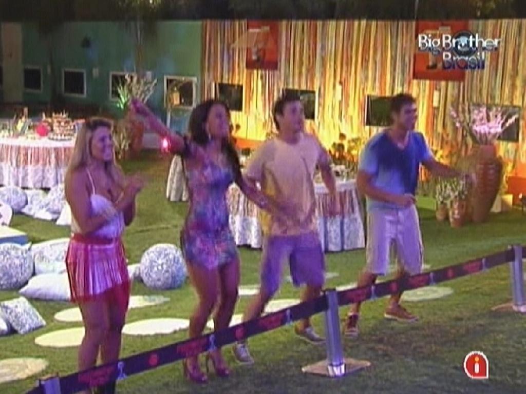 Fabiana, Kelly, Fael e Jonas se divertem com o show de Daniela Mercury na festa do