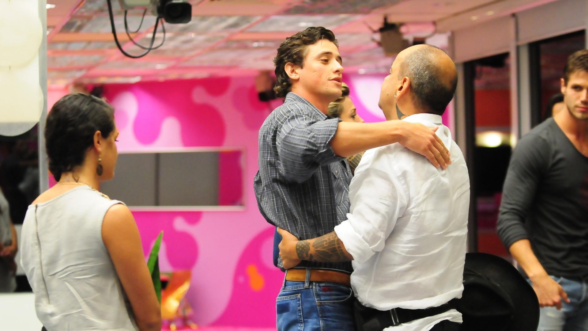 Fael abraça João Carvalho após do anúncio de eliminação