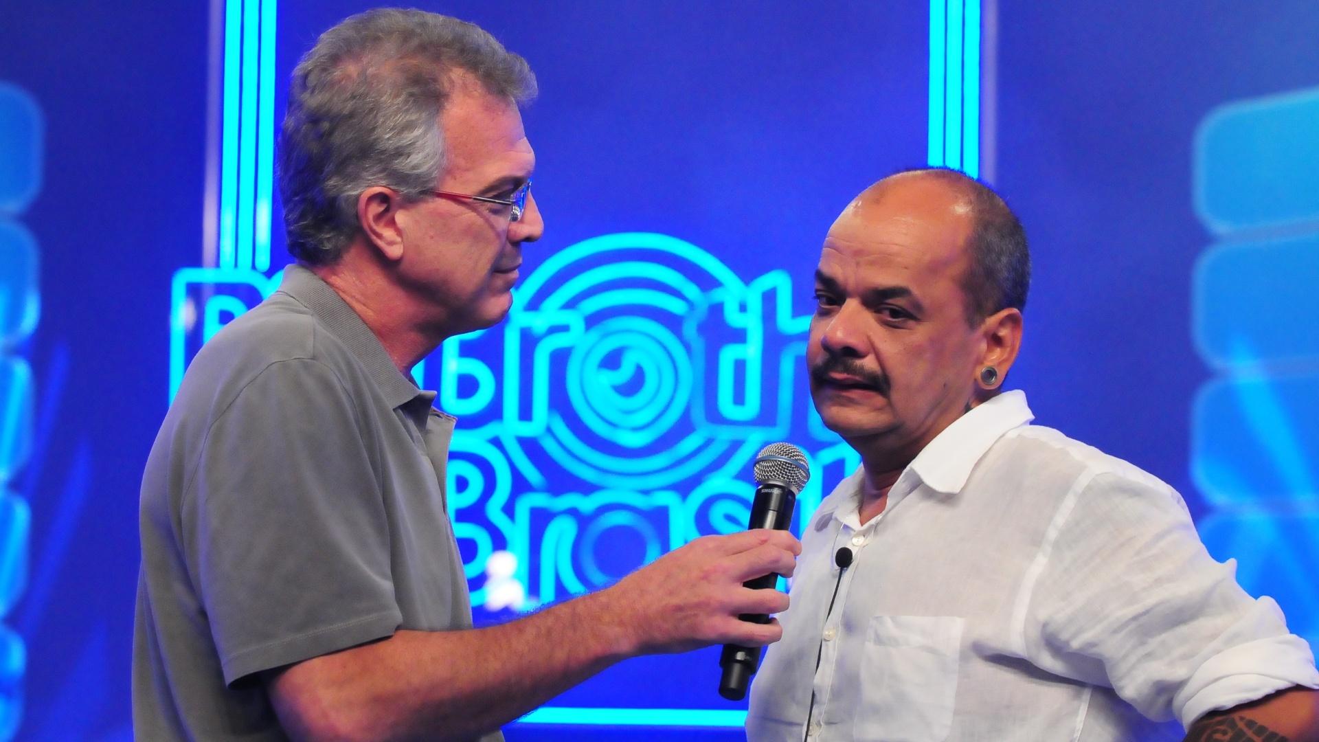 João Carvalho é recebido por Pedro Bial após deixar a casa do