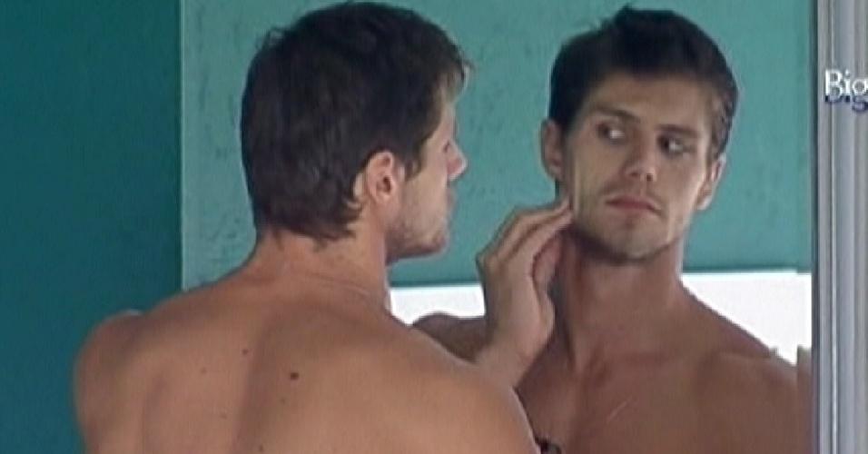 Jonas se olha no espelho antes de entrar na piscina (21/3/12)