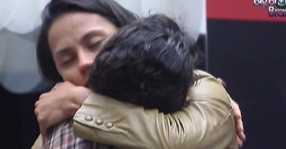 Kelly abraça Noemí em sua despedida (21/3/12)
