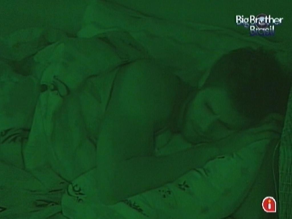 Após reclamar de dores no pé, Jonas dorme no quarto Praia (22/3/12)