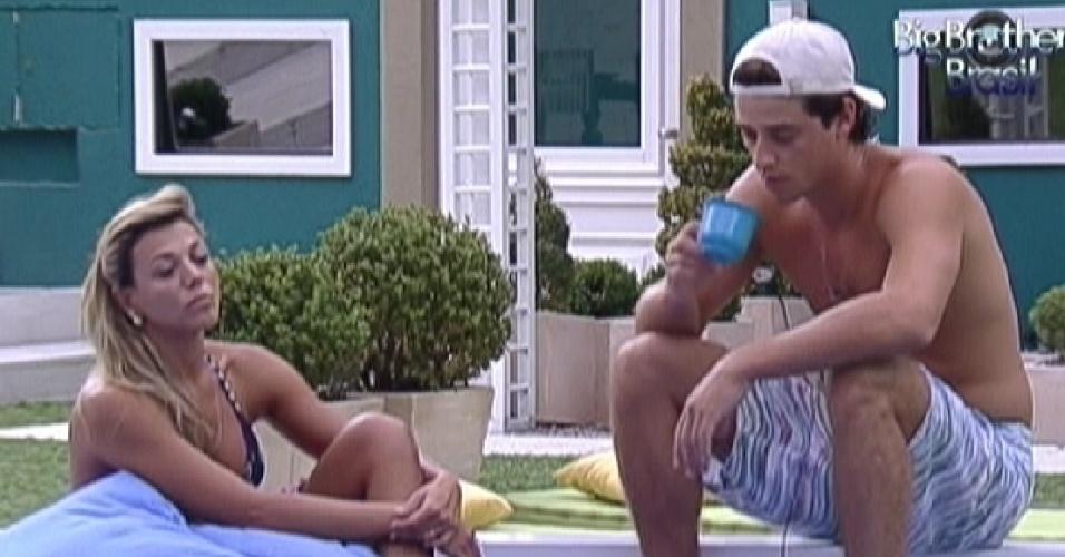 Fabiana e Fael conversam no futon (22/3/12)