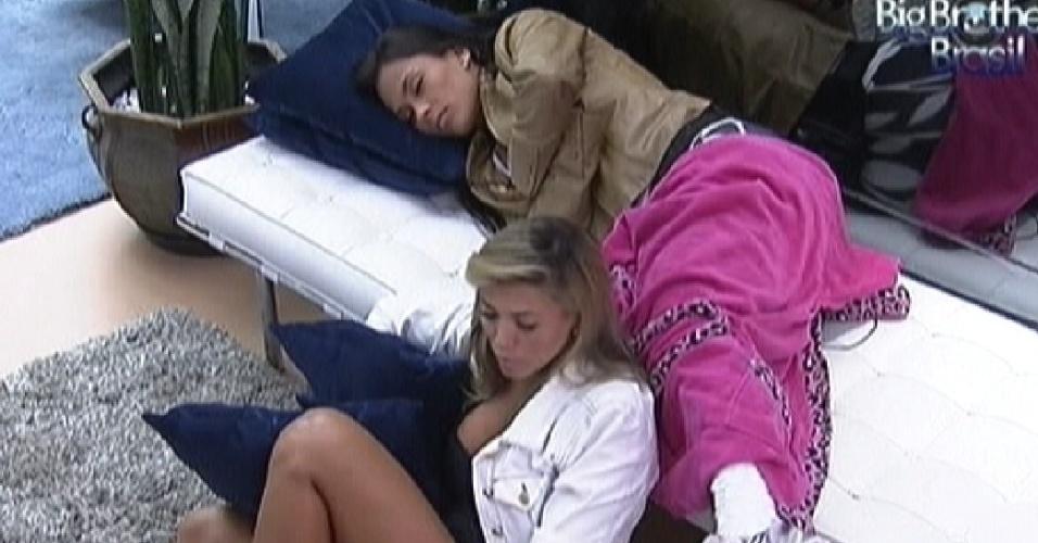 Fabiana e Kelly esperam a prova do líder desta quinta-feira (22/3/12)