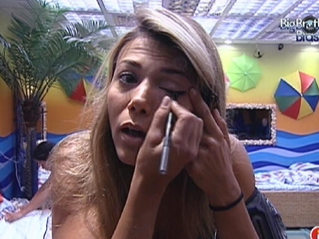 Fabiana se arruma no quarto Praia para a prova do líder desta quinta-feira (22/3/12)