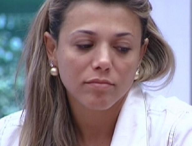 Fabiana tenta puxar papo com Kelly durante o almoço (22/3/12)